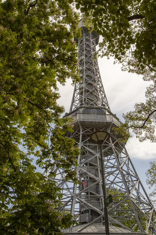 Touristes montant la tour d'observation de Petrin ? Prague, R?publique Tch?que photographie stock libre de droits