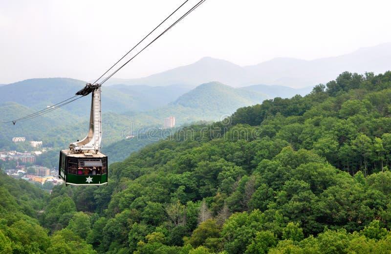 Touristes montant le funiculaire scénique de gondole chez Ober Gatlinburg au Tennessee photo stock