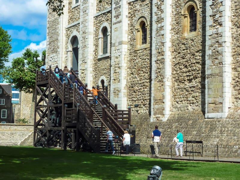 Touristes montant les escaliers en bois à la tour de Londres blanche i image stock