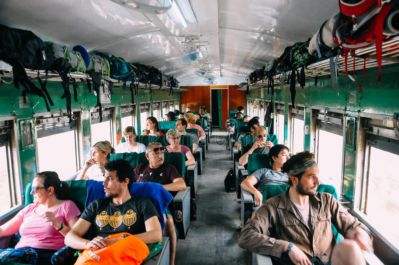 Touristes montant un train à Mandalay photos libres de droits