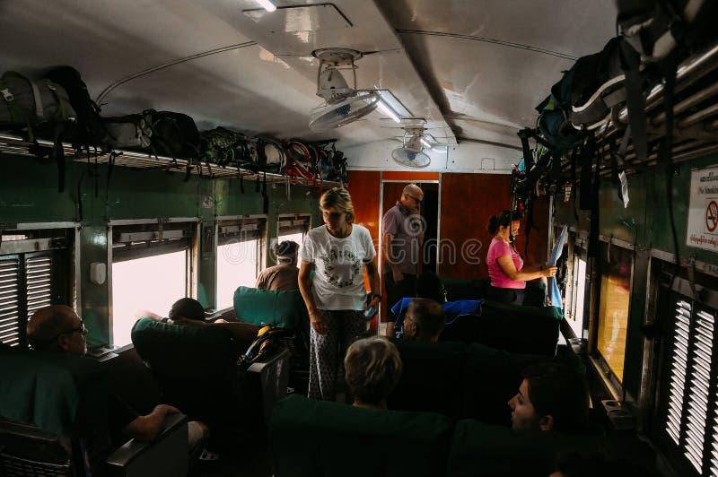Touristes montant un train à Mandalay photos stock