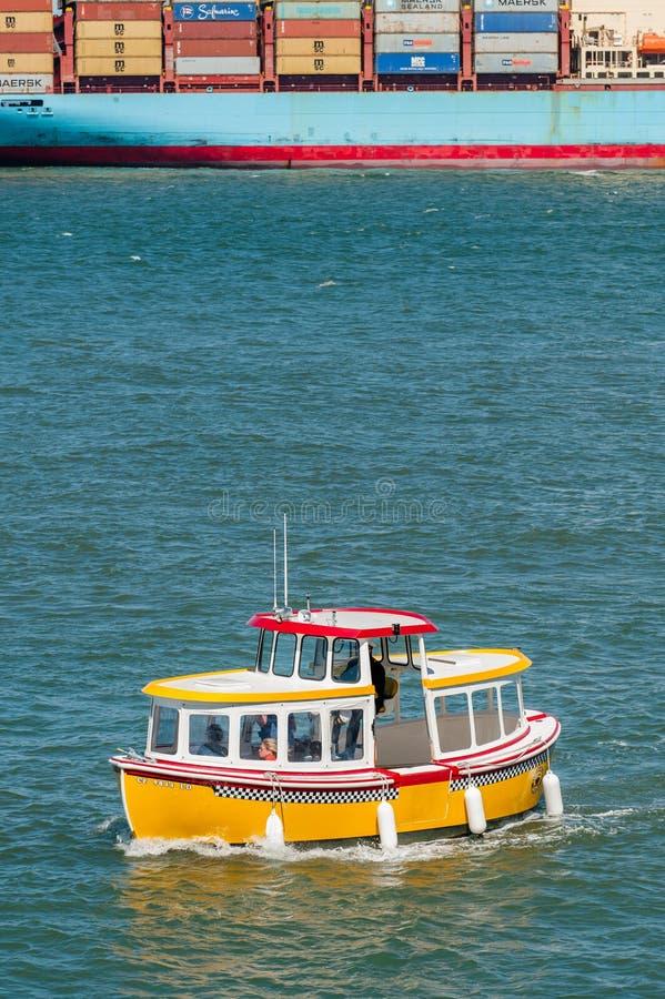 Touristes naviguant sur un petit bateau drôle près du pilier 39 à San Francisco Etats-Unis photographie stock libre de droits