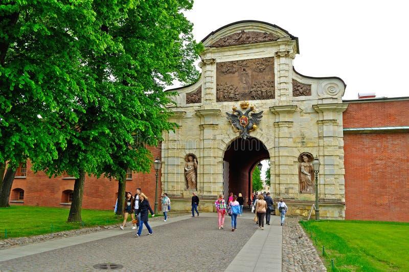 Touristes non identifiés à l'entrée de la porte du ` s de Peter dans le territoire de Peter et de Paul Fortress à St Petersburg,  images stock