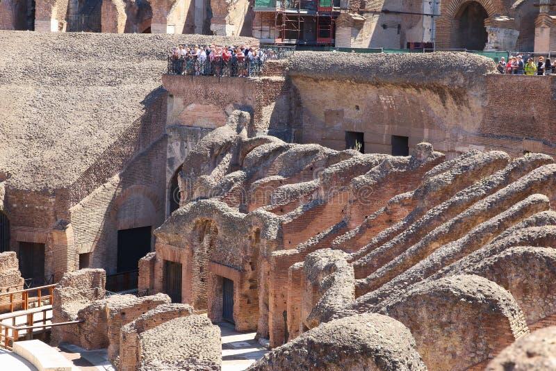 Touristes observant le Hypogeum dans Colosseum, Rome image stock