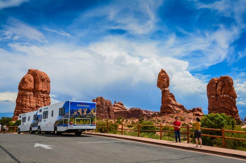 Download Touristes - Parc National De Voûtes - Moab, Utah Photographie éditorial - Image du ailette, homme: 87700387