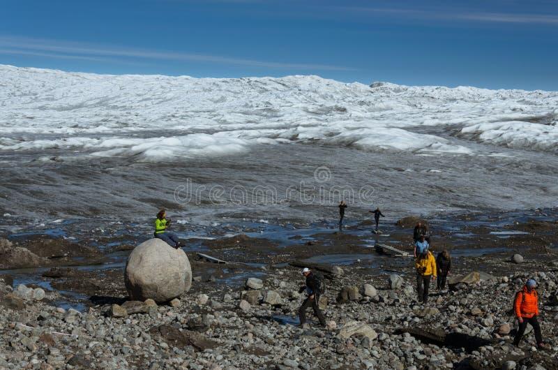 Touristes participant une excursion de calotte glaciaire au point 660, l'entrée à la calotte glaciaire Greenlandic par l'interméd images stock