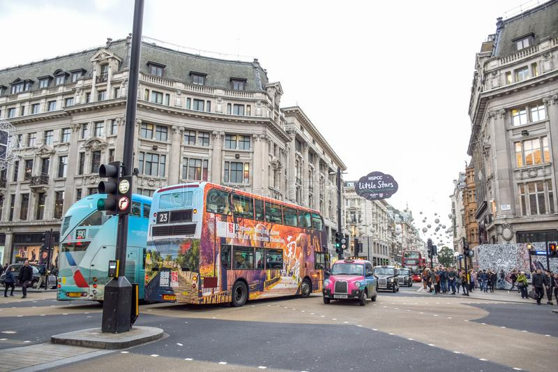 Touristes passant leur temps dans la rue d'Oxford, une rue de achat très célèbre à Londres photo stock