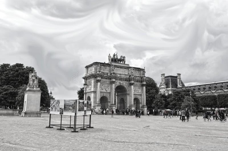 Touristes près d'Arc de Triomphe du Carrousel C'est une voûte triomphale à Paris, situé dans l'endroit du Carrousel et est deriva photographie stock