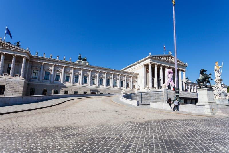 Touristes près du bâtiment autrichien du Parlement, Vienne photographie stock