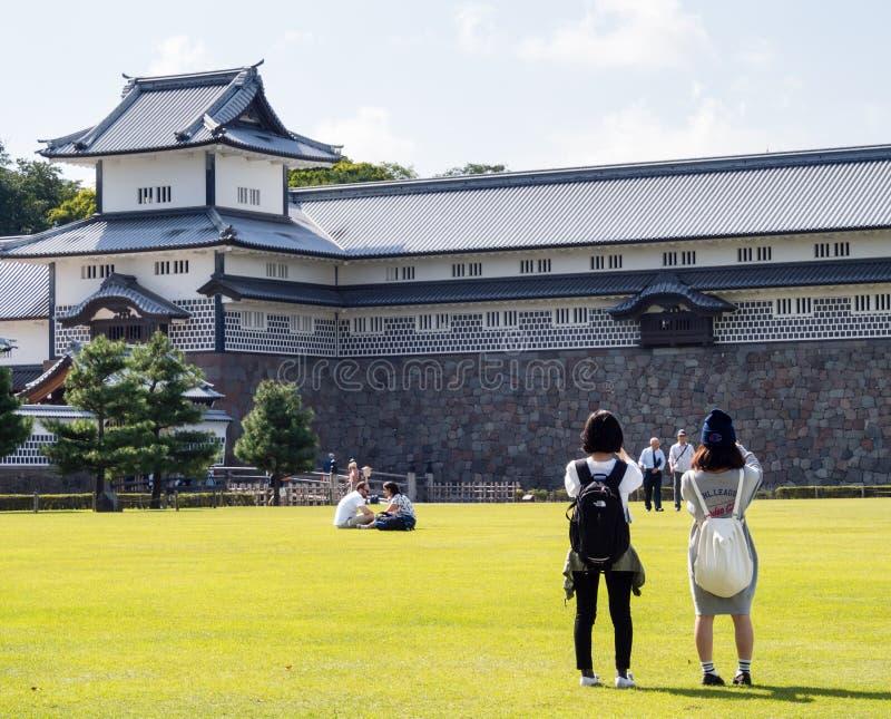 Touristes prenant des photos de château historique de Kanazawa photos stock