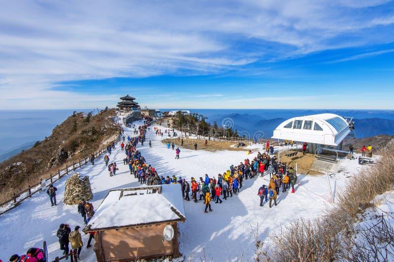 Touristes prenant des photos du beau paysage et skiant autour de Deogyusan, Corée du Sud image libre de droits
