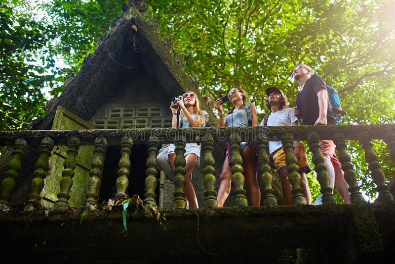 Touristes prenant des photos sur des ruines antiques de jungle en Thaïlande images libres de droits