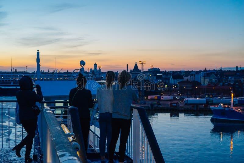 Touristes prenant la photo et appréciant la vue de coucher du soleil de ville de Helsinki images stock