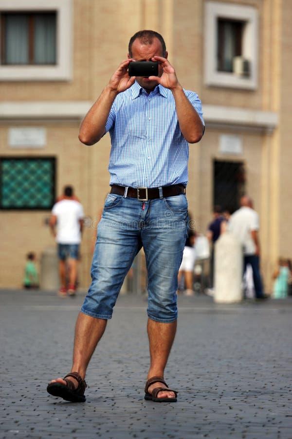 Touristes prenant une photo photos stock