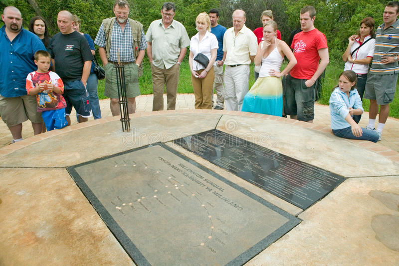Touristes regardant l'affichage le berceau de l'humanité, un site de patrimoine mondial en Gauteng Province, Afrique du Sud, le s photo stock