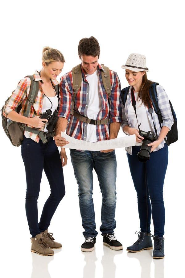 Touristes regardant la carte images stock
