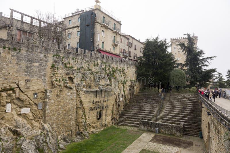 Touristes rendant visite à San cave Marino Balestrieri image stock