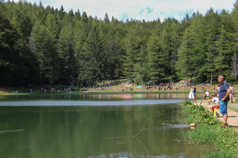 Touristes reposant le simple lac Ninfa sur la pente de la montagne de Monte Cimone, province d'Emilia Romagna, Italie photographie stock libre de droits