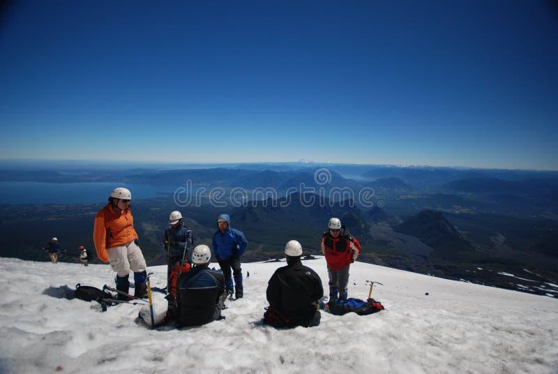 Touristes s'élevant sur une montagne photographie stock libre de droits
