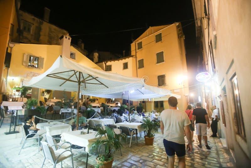 Touristes s'asseyant dans le restaurant photographie stock libre de droits