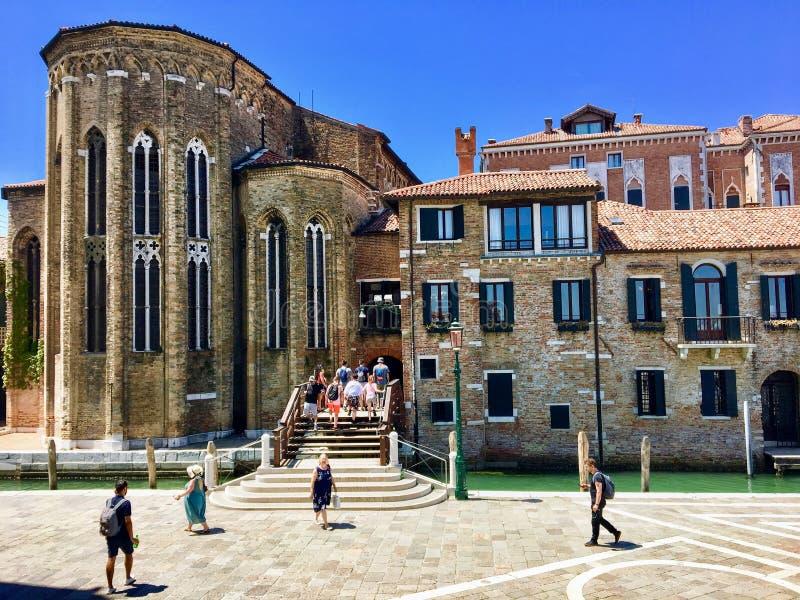 Touristes se promenant devant le musée Peggy Guggenheim au coeur de Venise, Italie, lors d'une belle journée d'été photos libres de droits