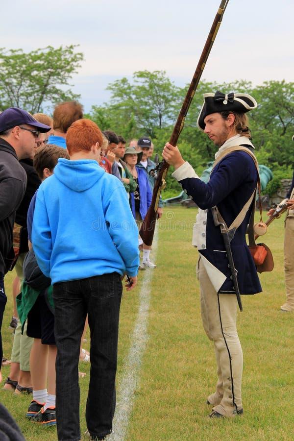 Touristes se renseignant sur des mousquets et leur utilisation dans la guerre, fort Ticonderoga, New York, 2014 photo libre de droits