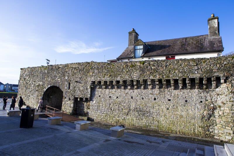 Touristes sortant du musée de la ville de Galway image libre de droits