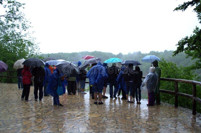 Touristes sous la pluie photos libres de droits
