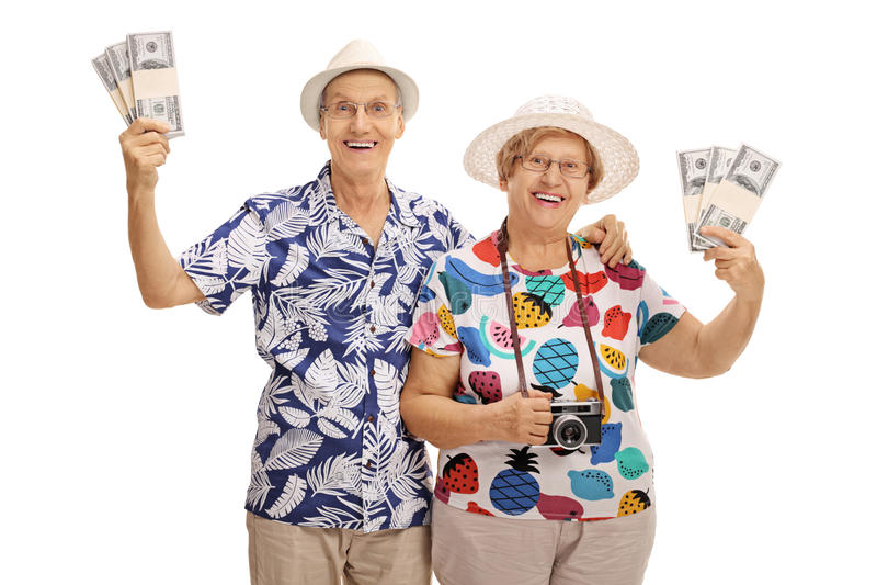 Touristes supérieurs heureux posant avec des paquets d'argent images stock
