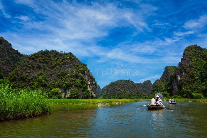 Touristes sur des bateaux au Vietnam photographie stock libre de droits