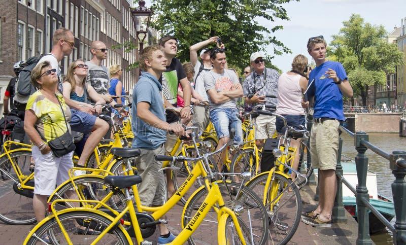 Touristes sur des vélos à Amsterdam photographie stock libre de droits