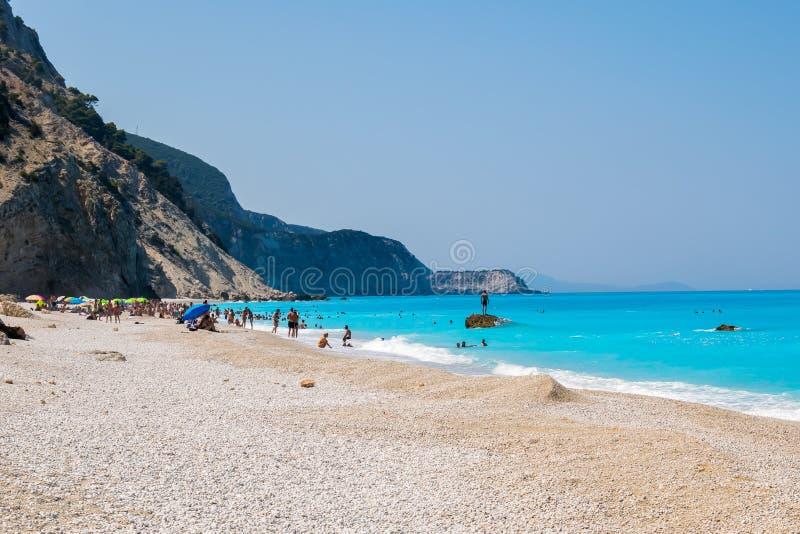 Touristes sur la plage d'Egremni photo libre de droits