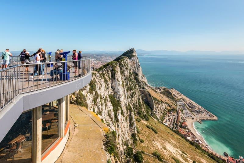 Touristes sur la roche supérieure photo stock