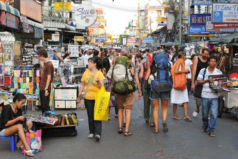 Touristes sur la route de Khao San à Bangkok image libre de droits