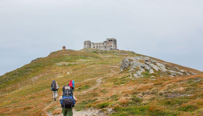 Touristes sur la traînée dans les montagnes Vue panoramique des montagnes rocheuses des Carpathiens, Ukraine photos stock