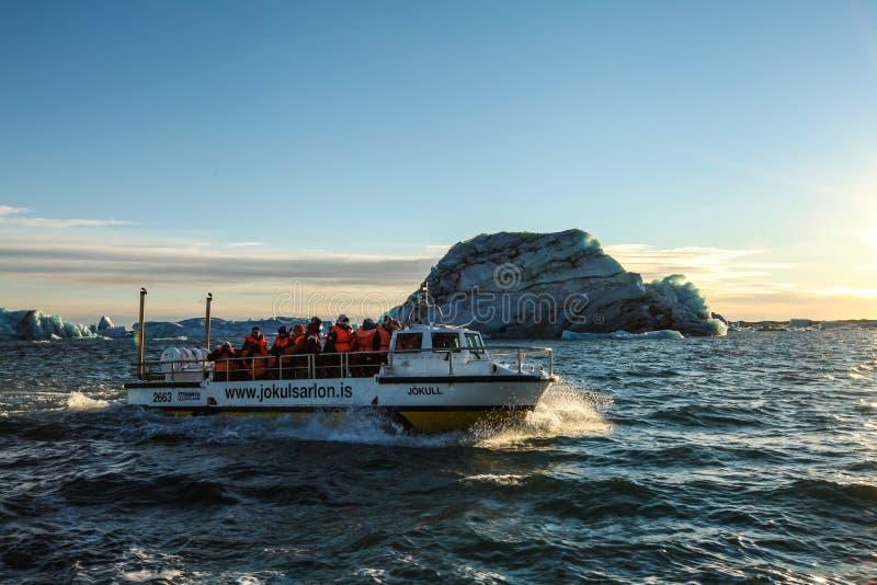 Touristes sur le bateau à la lagune de Jokulsarlon images stock