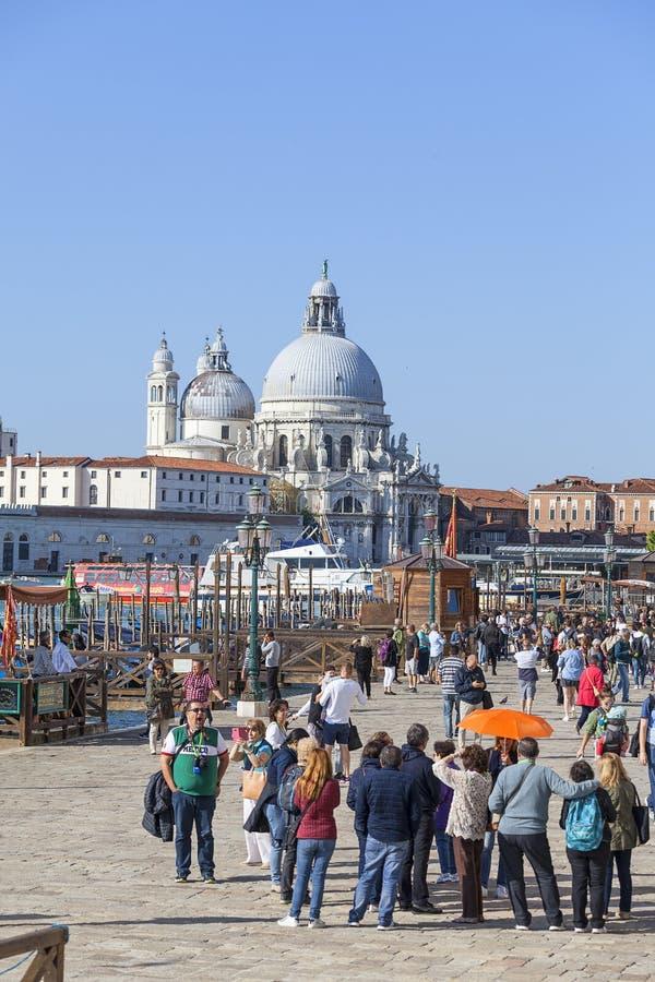 Touristes sur le degli Schiavoni, vue de Riva sur l'église de Santa Maria della Salute, Venise, Italie images stock