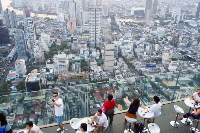 Touristes sur le dessus de toit du bâtiment du Roi Power Mahanakhon images libres de droits
