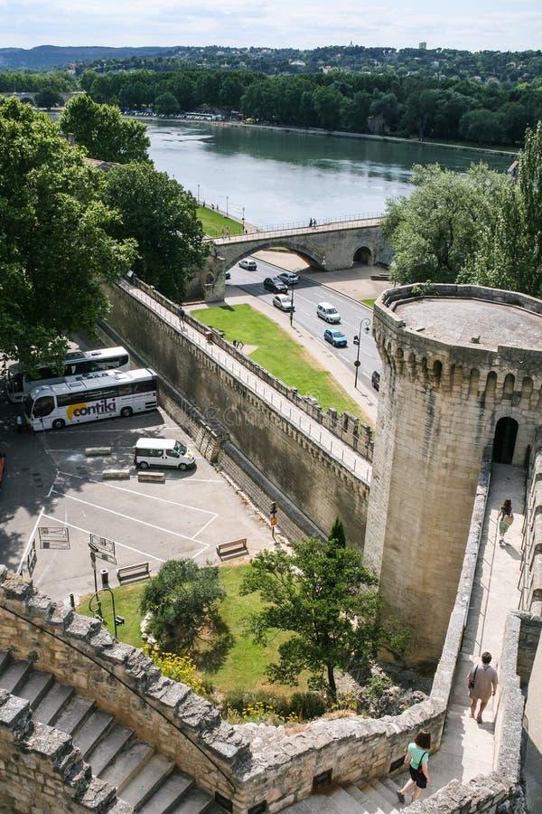 Touristes sur le mur de DES Papes de Palais à Avignon images stock
