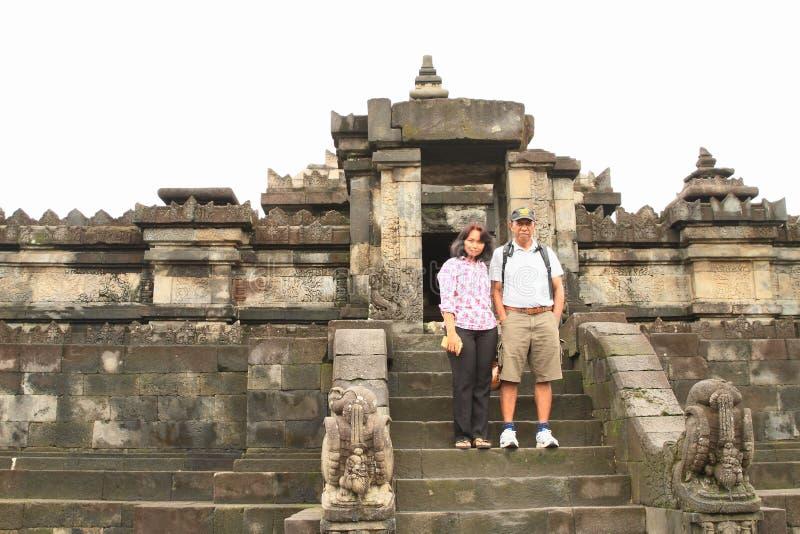 Touristes sur le temple hindou Sambisari images stock