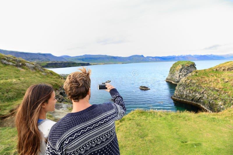 Touristes sur le voyage prenant la photo sur l'Islande photographie stock libre de droits