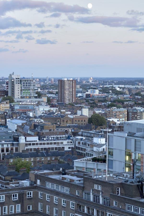 Touristes sur Tate Modern Observation Deck sur le dessus de la nouvelle extension de bâtiment de commutateur image stock