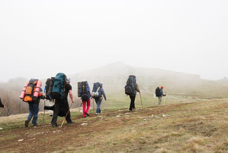 Touristes trimardant par le plateau. photographie stock
