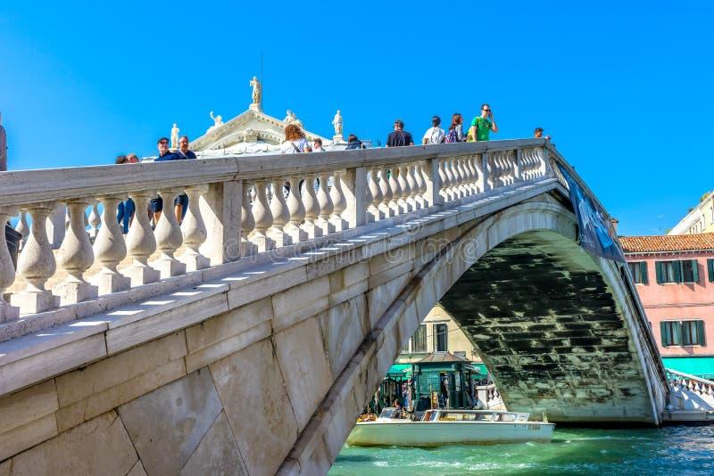 Touristes Venise Italie de Grand Canal de pont de Ponte Degli Scalzi photos stock