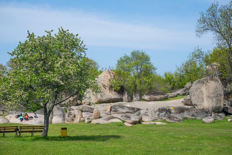 Touristes visitant Beglik Tash - formation de roche de nature, un sanctuaire préhistorique de roche photographie stock libre de droits