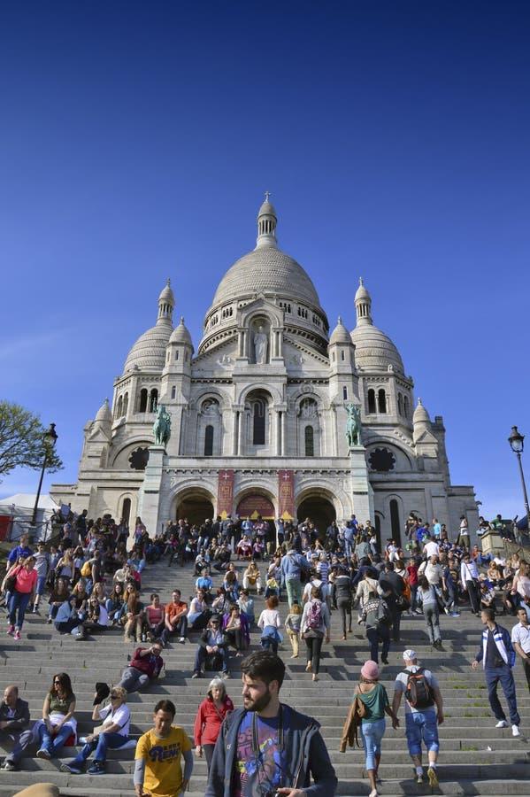 Touristes visitant la basilique du coeur sacré de Paris images stock