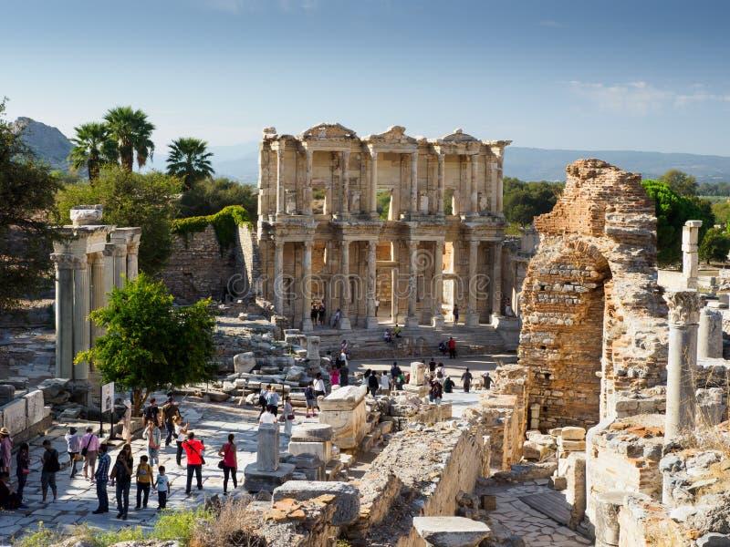 Touristes visitant la bibliothèque Celsius de ruines de la ville antique, Ephesus, Turquie photographie stock
