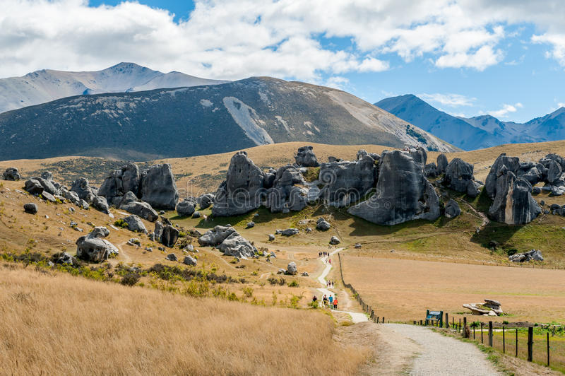 Touristes visitant la colline de château dans les Alpes du sud, le passage d'Arthur, île du sud du Nouvelle-Zélande photos stock