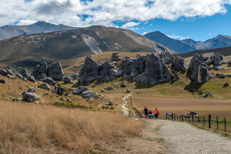 Touristes visitant la colline de château dans les Alpes du sud, le passage d'Arthur, île du sud du Nouvelle-Zélande photos libres de droits