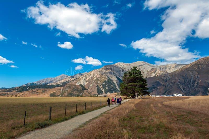 Touristes visitant la colline de château dans les Alpes du sud, le passage d'Arthur, île du sud du Nouvelle-Zélande photographie stock